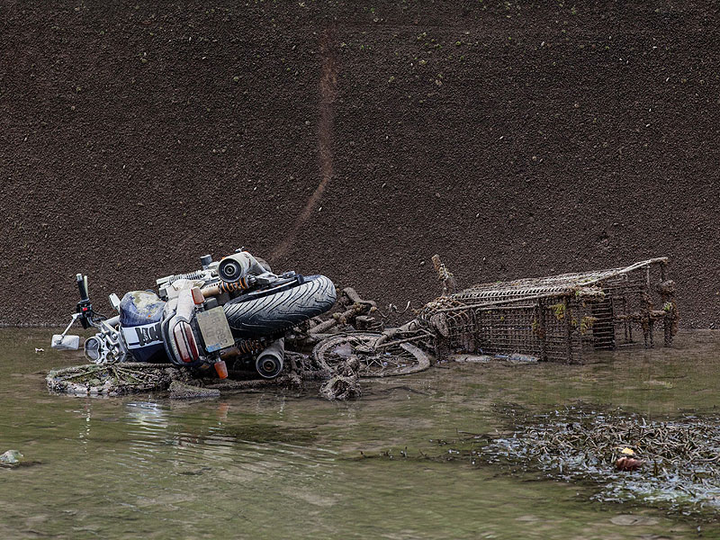 cleaning-the-canal-saint-martin-in-paris-reveals-scooter-and-bike-graveyard_5
